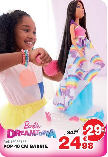 Barbie Dreamtopia - Pop 43 cm Barbie Dreamtopia is wel 43 cm groot! Ze beschikt over veel haaraccessoires om haar ultralange haardos te stylen!Barbie heeft een borstel die kan dienen om alle accessoires gemakkelijk op te bergen! Samenstelling haaraccessoires: 2 haarbanden met decoratieve motieven, 2 kammen in felle kleuren, een haarspeld met strik en 2 diademen (1 blauwe en 1 met siersteentjes). Dreamtopia Barbie draagt een lange rok met regenboogprint, een glanzende bies en een lange onderrok in blauwe voile. Het topje heeft zilverkleurige randen. De bijpassende schoenen maken deze prachtige outfit in stijl af. En bewonder ook de roze haarlokken waarmee je prachtige kapsels kunt bedenken! Vanaf 3 jaar.