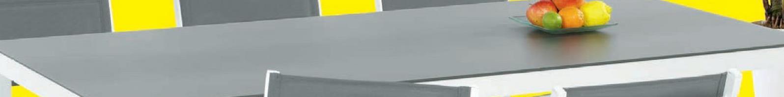 Tuintafel Melia 200x90 cm De strakke tuintafel Melia van Garden Plus heeft een stevig aluminium frame en een elegant tafelblad in grijs veiligheidsglas van 5mm. Je eet het hele jaar door in stijl aan deze weersbestendige tafel die mag blijven buiten staan. Deze witte tuintafel meet 200x90x74,5 cm.