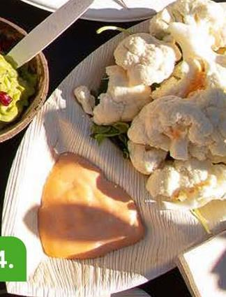 BIODORE Assiette Feuille Palmier 2 Compartiments Ovale 28x15x3cm 25 Pièces Ces assiettes bien modelées de palme mettent l'accent sur l'origine naturelle de vos plats frais. Les assiettes sont faits des palmes tombées et montrent bien la structure de la palme. Les assiettes universelles sont disponibles en plusieurs formes et formats. La palme est une matière solide qui est en accord avec la sécurité alimentaire et qui a un caractère durable. Vous pouvez mettre les assiettes dans le four, dans le four à micro-ondes et même dans le congélateur. Elles sont donc une alternative excellente aux assiettes plastiques traditionnelles. En plus, les assiettes sont biodégradables et compostables en milieu industriel.