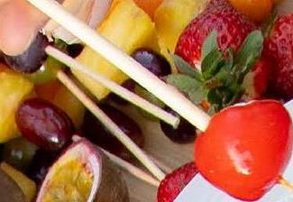 SIER Bambou Pique 15cm Stick 250 Pièces <b>Le bambou évoque</b> la nature et l'artisanat.<br> On l'utilise souvent pour produire des bâtonnets à cocktail.<br> C'est le choix idéal pour un chouette apéro.<br> Une information à partager le temps d'un drink?<br>Le bambou est la plante dont la croissance est la plus rapide au monde.<br>Certaines sortes poussent jusqu'à 1 mètre par jour.<br><br><b>Utilisation:</b><li>Four à micro-ondes: 800W</li><li>Supporte des temperatures entre -4°C et 70°C</li>