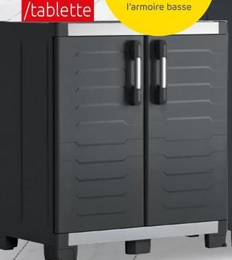 Armoire basse Keter XL Garage polypropylène noir 99x95x54cm L'armoire basse Keter XL Garage est idéale pour ranger de petits outils, mais aussi des pots de peinture ou des produits de nettoyage. Elle trouvera sa place idéalement dans votre garage ou votre buanderie. Ses atouts ? Elle dispose 1 tablette réglable en hauteur, possède une charge maximale de 45 kg, et est munie de charnières métalliques. L'avantage est également qu'elle possède peut être sécurisée et fermée à l'aide d'un cadenas (cadenas non inclus). Idéal pour la sécurité des enfants ! Ce meuble est doté de 4 pieds réglable ainsi que d'un pied central pour encore plus de stabilité.
