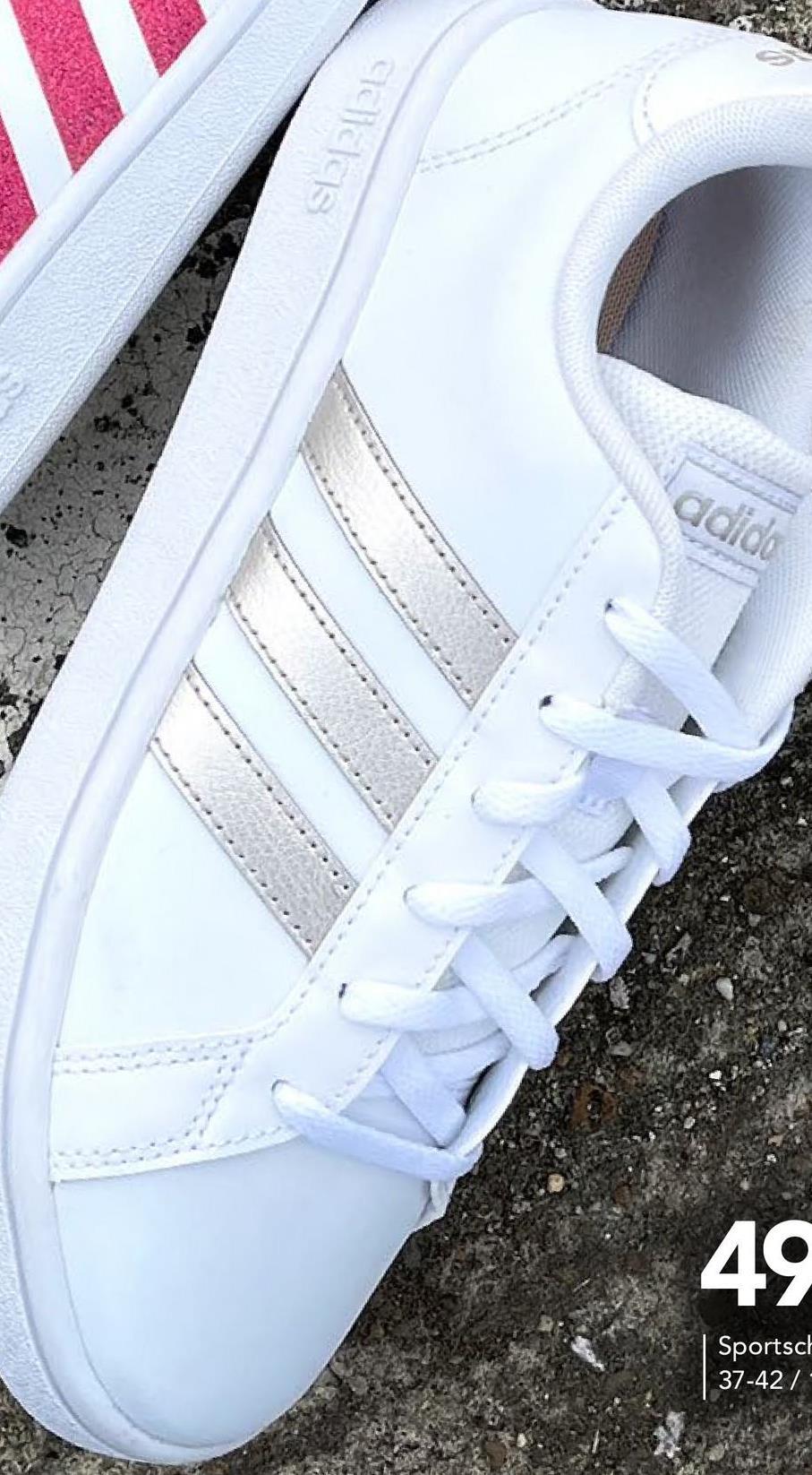 Sneakers Grand Court Adidas - Wit - maat 37 - Dames   - Goedkope Sportschoenen - Synthetisch Tijdloze witte Adidas-sneakers met zilverkleurige strepen voor dames. Deze leuke sneakers met veters passen bij al je outfits!