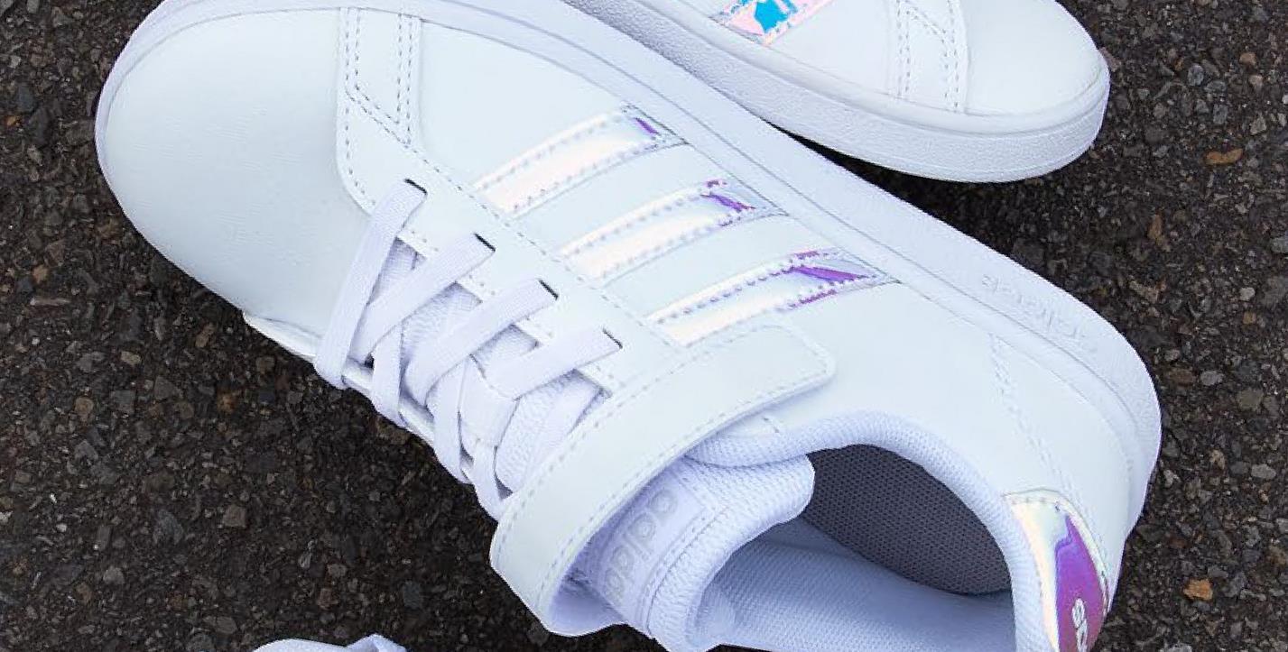 Sneakers Grand Court Adidas - Wit - maat 28 - Meisjes   - Goedkope Sportschoenen - Synthetisch Witte Grand Court sneakers met shiny strepen voor meisjes van het sportmerk Adidas. Shop deze tijdloze sneakers met elastische veters en velcro nu bij Bristol!