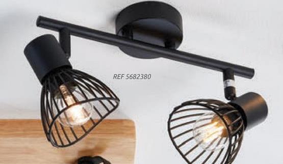 Brilliant spot Elhi zwart 2xE14 Elhi is een zwarte spot van Brilliant. Een spot kan gemakkelijk aan het plafond of aan de muur gemonteerd worden. Doordat een spot makkelijk te kantelen en richten is, kun je preciezer bepalen waar het licht moet schijnen. Er wordt geen lichtbron meegeleverd bij de lamp, waardoor je zelf kan bepalen wat de lichtsterkte van de lamp kan worden. De lamp heeft een lichtbron met een E14 fitting nodig, bekijk ook onze <u><a href=:https://www.brico.be/nl/verf-laminaat-decoratie/verlichting/lichtbronnen/led-lampen/d74/: target=:_blank:>ruime selectie lichtbronnen</a></u> om een keuze te maken. Op zoek naar meer verlichting van Brilliant voor al je kamers? Ontdek een breed assortiment lampen in onze Brico en BricoPlanit-winkels en op onze website